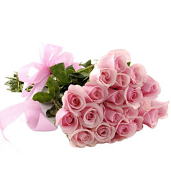 Pleasing Hand Bunch of Pink Roses